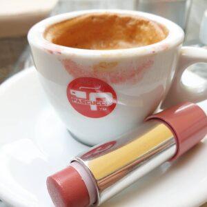 koffie en lipstick